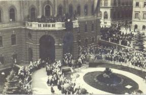 Slika 5 Odkritje spominska plošča bazoviškim žrtvam pred stavbo rektorata UL v poletnih mesecih leta 1931