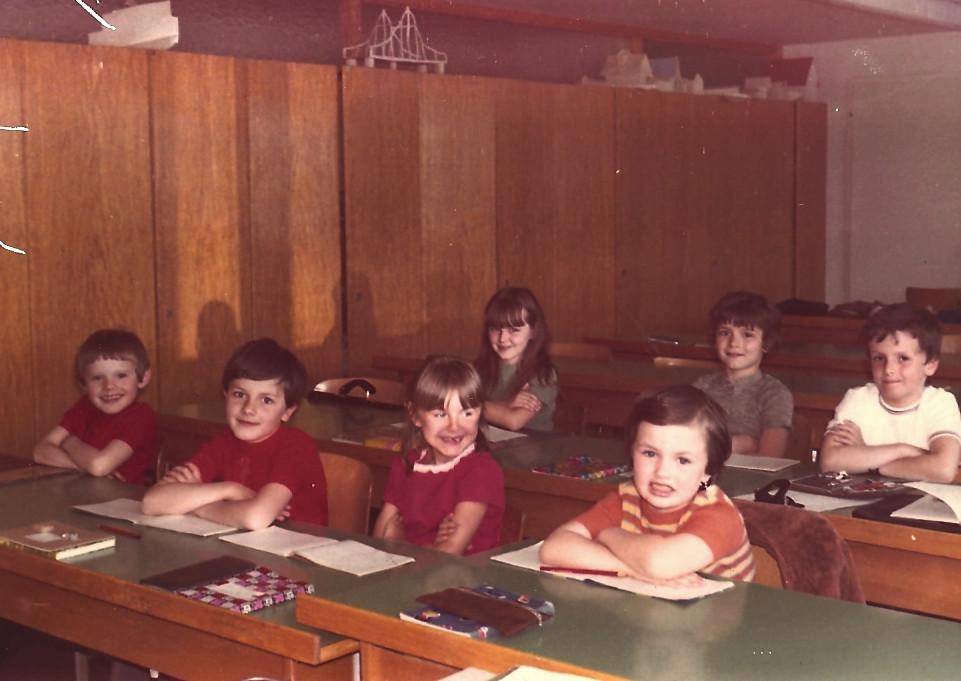 april 1972 Luzern, slov. otroci pri pouku ; spredaj Rudi,Peter, Marija in Gerlina, zadaj Lidija, Sašain Milan (4 manjkajo)2436