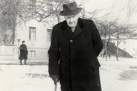 Finžgar pred svojo hišo na Trnovem
