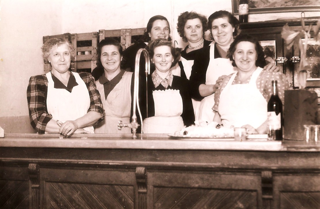 Sedem kuharic Našega doma v Villa Devota BA2595